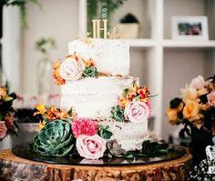 Bolo de casamento rústico decorado com suculentas e topo de bolo com as inicias dos noivos. A base é um tronco de árvore.  O topo de bolo você encontra em http://2wed.com.br