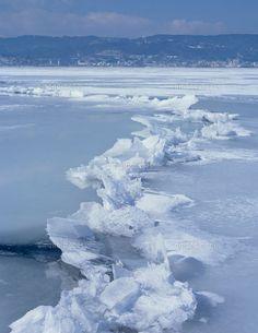 諏訪湖の景色の画像 冬の名物・御神渡り