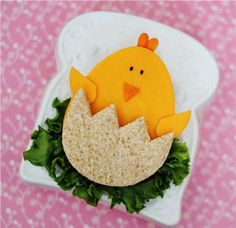 One more Easter sandwich idea for you. It's a ham and cheese sandwich! Same as most of my cute food projects, this baby chick. Bento, Deco Fruit, Easter Lunch, Easter Food, Easter Ham, Boite A Lunch, Food Decoration, Food Crafts, Food Humor