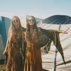 hippie glasses and endless fringe all over these chic boho outfits Hippie Style, Hippie Love, Hippie Chick, Hippie Bohemian, 70s Inspired Fashion, 70s Fashion, 60s Hippie Fashion, 1970s Hippie, Bohemian Fashion