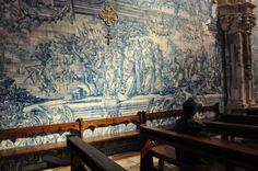 Coimbra, Portugal - Igreja de Santa Cruz. (Interior com painel de azulejos)