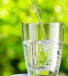 Abrazando el estilo de vida limpia va más allá de los alimentos que consume . De hecho, se trata de un enfoque integral, la mejoración  de la salud que incluye estrategias como beber al menos dos litros de agua al día. ¿Sabías que tu cuerpo se compone de 60 % de agua y que su cerebro es de aproximadamente 75 % de agua ? Es por eso que es crucial para beber suficiente agua cada día .