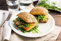 Kips   Broodje warme grillworst met honing-mosterdsaus.