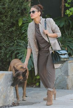 Eva Mendes grabbed her dog Hugo by the collar to keep him from eating the paparazzi! Fashion Moda, Urban Fashion, Daily Fashion, Womens Fashion, Eva Mendes And Ryan, Valentino, Inspiration Mode, Eva Longoria, Winter Fashion Outfits