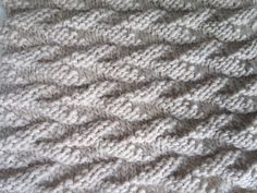 Point facile au tricot: un motif de feuilles alternées   AnnyMay Easy Knitting, Knitting Stitches, Knitting Patterns, Quilling Art, Knitting Projects, Stitch Patterns, Knitted Hats, Knit Crochet, Handmade