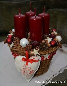 I love to buy candles, but there are many that end up being very disappointing. Christmas Advent Wreath, Christmas Baskets, Felt Christmas Ornaments, Christmas Candles, Very Merry Christmas, Christmas Centerpieces, Xmas Decorations, Winter Christmas, Christmas Time