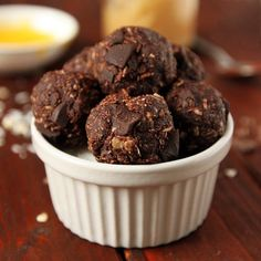 Gluten-free and Dairy-free Peanut Butter Chocolate Oat Balls | texanerin.com