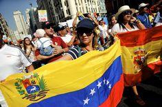 Manifestación de unos quinientos opositores venezolanos a favor del referéndum…