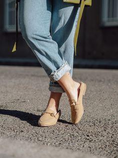 Loafer stylen, so kombinierst Du den Trendschuh im Frühling 2020, Loafer richtig kombinieren, Schuhtrends Frühling 2020, Modetrend 2020, Wie Du Loafer richtig und vor allem modern kombinierst, frühlingshafte Outfits mit Loafer, Streetstyle Outfit 2020 mit Loafer, diese Loafer Modelle lieben wir, Loafer Styling Tipps, www.amigaprincess.com Vintage Mode, Outfit Trends, Neue Trends, Slippers, Loafers, Flats, Outfits, Shoes, Fashion