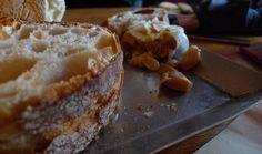 Hay varios motivos que me han llevado a escribir este post con un ejemplo de 12 recetas para aprovechar el pan. El principal es que odio ver como se tira la comida a la basura, y el pan es uno de los que más se tira. El hecho que el …