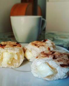 Bom dia! Pão de queijo caseiro (congelado) assado na sanduicheira (ou grill) e recheado com @catupiryoficial      #sanduicheira #paodequeijo #bomdia #bomdjia #pãodequeijo #catupiry #cafedamanha #cafe #coffee