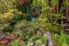 Het Japanse tuinhuis is goed geïntegreerd in de tuin. Het bouwwerk staat tussen het groen en is zelfs bekleed met groen. Hierdoor is het huisje niet dominant, maar juist teruggetrokken in de tuin. Subtiel gedaan!  Gezien in de 'Artisan Gardens' (ambachtstuinen) op de Chelsea Flower Show 2015.  Ontwerp: Kazuyuki Ishihara