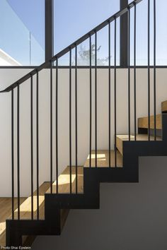 House, Ramat-Hasharon - Fineshmaker Add to 'My Inspirations' Staircase Railing Design, Interior Stair Railing, Modern Stair Railing, Balcony Railing Design, Staircase Handrail, Metal Stairs, Modern Stairs, Railing Ideas, Banisters