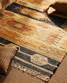 JUTE RUG ~ Jute rugs is one of my favorite home interior rugs. Stylish, adds texture, durable and can easily go in any room of your place. Chic Living Room, Rugs In Living Room, Jute Rug, Woven Rug, Nouvelle Collection Zara, Jute Carpet, Zara Home Canada, Style Rustique, Linen Bedroom