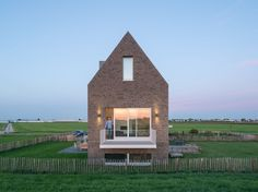 On a parcel almost a kilometer in length, Personal Architecture (PA) realized a new-built home with a sweeping view of the surrounding meadows and the nearby church tower. It is a traditional dike house, at first glance. But on closer investigation, it...