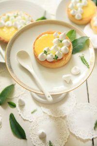 Tartelettes au citron, petites meringues croquantes sur Fraise & Basilic