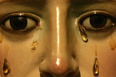 The face of the statue of the Virgin Mary in the chapel of Las tres gracias in Pontevedra, northern Spain, April 9, 2009. (REUTERS / Miguel Vida
