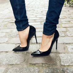 Aux lignes résolument modernes, ces sublimes escarpins apporteront cette touche de glamour inimitable à toutes vos tenues. Élégant, sobre, raffiné, aucun adjectif ne peut réellement retranscrire la sensation d'avoir au pied cet escarpin ainsi que l'assurance qu'il vous donne. Certaines pièces ne sont pas des choix, elles s'imposent, notre escarpin Volupté en fait partie, ne cherchez plus, vous l'avez trouvé ! High Heel Boots, High Heel Pumps, Pumps Heels, Heeled Boots, Stilettos, Tom Ford, Giuseppe Zanotti, Jimmy Choo, Stripper Heels