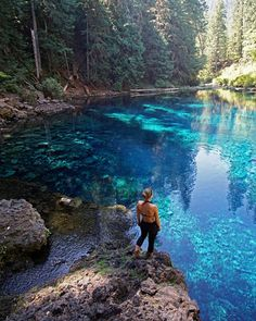 This Easy Hike In Oregon Takes You To The Most Beautiful Topaz Waterfall Pool - Narcity Oregon Vacation, Oregon Road Trip, Oregon Trail, Us Road Trip, Oregon Coast, Vacation Spots, Portland Oregon Hikes, Blue River Oregon, Blue Pool Oregon