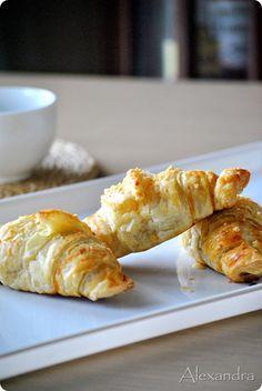 Κρουασάν πίτσα - pizza croissant Finger Food Appetizers, Finger Foods, Greek Pastries, Filo Pastry, Party Snacks, Poultry, Cake Recipes, Cooking Recipes, Cheese