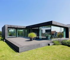 11 sensationelle Häuser mit viel Glas Single-family house D: modern houses by the architectural firm Dongus Architektur Contemporary Architecture, Architecture Design, Contemporary Design, Architecture Magazines, Casas Containers, Container House Design, Floor To Ceiling Windows, Ceiling Curtains, Home Fashion