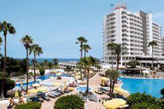 Hotel H10 Gran Tinerfe. Modern hotel dat zich speciaal op volwassenen richt, waardoor u heerlijk rustig kunt genieten, met een goede service en een uitstekende ligging. H10 Gran Tinerfe beschikt over een tuin, 3 zwembaden en zonneterrassen met ligbedden, parasols en badhanddoekenservice. Tegen betaling wellnesscenter met sauna, Turks bad en massages. H10 Gran Tinerfe is slechts door de boulevard van het strand gescheiden en ligt in het centrum van Costa Adeje. Officiële categorie ****