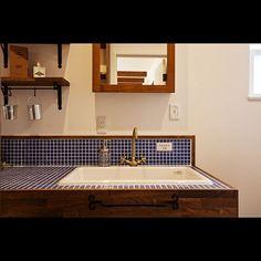 のWOODONE/名古屋モザイク/白目地/タオルかけ/アイアンバー/かわいいお家…などについてのインテリア実例を紹介。「おとなっぽいネイビータイルも白の目地でおとな可愛く仕上げることが出来ます。 少し広めの洗面台で、毎日のメイクものびのび出来ちゃう♪」(この写真は 2017-01-28 10:13:34 に共有されました)