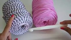 Video paso a paso para aprender a hacer este bonito bolso de trapillo con solapa redonda. Esta realizado en una sola pieza, y es ideal como bolso de mano o t... Crochet Handbags, Crochet Purses, Crochet Baby, Knit Crochet, Cotton Cord, Crochet T Shirts, Diy Braids, Diy Handbag, Crochet Videos