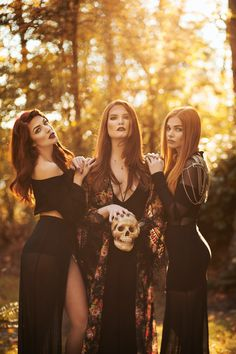 Dark Photography, Autumn Photography, Photography Poses, Witch Craft, Photographie D' Halloween, Halloween Photography, Halloween Pictures, Halloween Photo Shoots, Maquillage Halloween