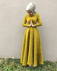 ImageFind images and videos about love, cute and dress on We Heart It - the app to get lost in what you love. Hijab Evening Dress, Hijab Dress Party, Hijab Outfit, Evening Dresses, Islamic Fashion, Muslim Fashion, Modest Fashion, Fashion Dresses, Estilo Abaya