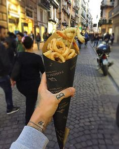 This Category celebrates the finest in quality Italian cuisine and Italian Wines. See our best selection of posts that dive into Italian food and wine! Chips Packaging, Food Packaging, Chips Restaurant, Food Cart Design, Italian Street Food, Bakery Business, Food Goals, Fish And Chips, Food Presentation