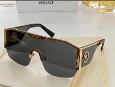 Girl With Sunglasses, Luxury Sunglasses, Sunglasses Women, Teen Fashion Outfits, Swag Outfits, Trendy Fashion, Girl Outfits, Versace, Glasses Trends