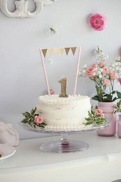 Gâteau blanc avec fanions dorés et chiffre 1 doré