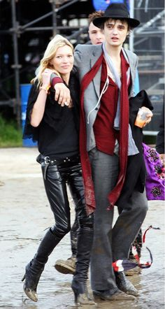 Kate Moss played rock and roll girlfriend in all black with Pete Doherty at #Glastonbury 2007 // #CelebrityStyle