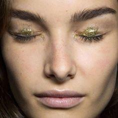 Glitter concentrado só no centro do olho (de olho aberto fica só um detalhe discreto)