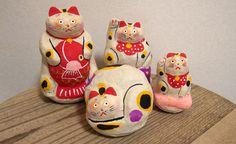 張り子 工房 hon*maya(本まねき猫屋) 本まねき猫屋の招き猫たちは、歌舞伎猫や福助招き猫など 石粉粘土や張り子で制作したオリジナルの招き猫