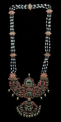 India, Tanjore | Necklace; gold, pearls, diamonds, rubies and emeralds | 19th century.