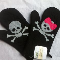 His and Hers Skull and Crossbones Skeleton Pot Holder...... LOVE! So cute I'd so put them in my kitchen lol