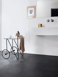 Nice bathroom design with Hexagonal black tiles flooring. Black Hexagon Tile, Black Tiles, Hexagon Tiles, Hex Tile, Large Hexagon Floor Tile, Black Grout, White Tiles, Tiling, Bathroom Floor Tiles