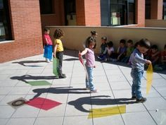 LA BRUIXA PERICUIXA.-Educació infantil-. Use colored plastic sheets, blend the primary colors to mix them.  Beautiful fun.