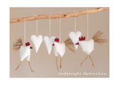 Frühjahrs - Osterdeko 3 Hühnchen mit 3 Herzen von uggla deko mit eigensinn auf DaWanda.com Hühnchen: Länge ohne Schwanzfedern etwa zwischen 7,6 und 8,3cm Breite ohne Schwanzfedern etwa zwischen 7,4 und 8,4cm Tiefe etwa zwischen 5 und 5,2cm, 18,5