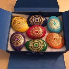"61 Me gusta, 10 comentarios - Birgit Limpek (@freude.punkt.fuer.punkt) en Instagram: ""#dotpainting #chakra stones #handpainted chakra stones #gift #special gift #stones with energy…"""