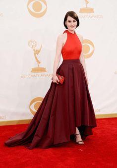 """Premios Emmy 2013: """"Michelle Dockery, nominada por Downton Abbey, acudió con este Prada bicolor de seda."""""""