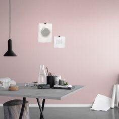 Inspirationen till mönstret för tapeten Linne är hämtad från naturen och ger känslan av stentvättat linne med en skrynklig yta och borstad karaktär. Enfärgad tapet i mjukt bärrosa som ger rummet en mjuk och textil känsla.