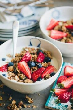 CEREALS AND STRAWBERRIES #food #breakfast For guide + advice on healthy lifestyle, visit http://www.thatdiary.com/