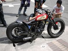 Yamaha street tracker - via Sideburn Magazine Brat Bike, Bobber Motorcycle, Bobber Chopper, Cool Motorcycles, Vintage Motorcycles, Motorcycle Hair, Moped Bike, Peloton Bike, Bicycle Panniers
