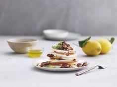 Eple, fennikel og fetasalat, med hasselnøtter, bacon og dadler