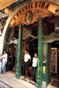 A Brasileira y sus cafés de regalo  Via Condé Nast Traveler España  Café A Brasileira es el clásico cafetero de Lisboa. Núcleo literario de los años de la bohemia lisboeta de principios del siglo XX, aún puedes apropiarte de algo de ese encanto sentándote en su terraza bajo la atenta mirada de Fernando Pessoa. Resulta curioso saber que en sus primeros años, allá por 1905, A Brasileira regalaba una taza de café por la compra de un paquete de éste, por entonces poco conocido, elixir.  #Portugal