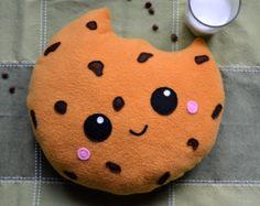 Qui peut résister à un biscuit aux brisures de chocolat?! Joli coussin en forme de biscuit aux brisures de chocolat. Cadeau drôle et original. Les enfants et les grands vont ladorer! Dimensions approximatives : 12 de large x 12 de haut x 3 dépais Si vous avez des questions, nhésitez pas à me contacter