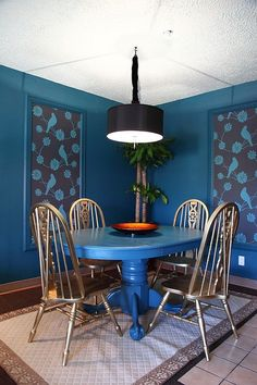 An exquisite way of adding wallpaper to the dining room